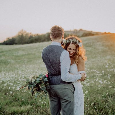 beautiful-bride-and-groom-at-sunset-in-green-PSXZA49